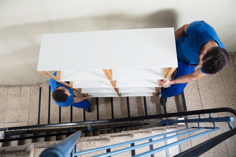 הובלת ויטרינה בסבלות דרך מדרגות בניין