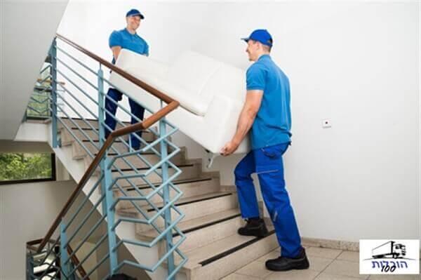 הובלת פינת ישיבה דרך מדרגות